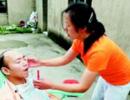 女子带着瘫痪弟弟出嫁:要照顾他到生命尽头