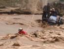 """新疆夫妇被困洪水 对消防员大喊""""危险别来"""""""
