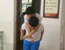 肩膀上的兄弟情:初三学生背截瘫同桌上下学3年