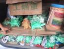 """广西南宁男子当街叫卖""""古董"""",买菜阿姨被骗4000元"""