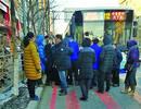 沈阳一对情侣乘公交从后门上车被夹,两人怒骂司机并拦停公交