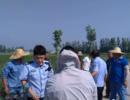 鱼台8旬老人三轮车掉头载进沟 警民联手救助