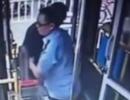 老人腿脚不便,公交司机亲自抱着上下车