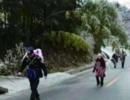 2岁留守女童高烧不退 警察背她走10公里冰路就医