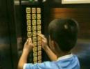 熊孩子按遍楼层键 父亲在电梯内贴检讨书道歉
