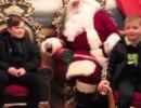 """兄弟俩认真跟""""圣诞老人""""许愿 服役老爸瞬间出现"""