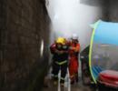 四川叙永一民房起火 消防背出89岁老人