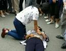 散步时遇老人倒地,怀孕16周的护士跪地施救
