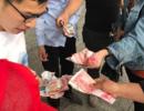 万元钞票被风刮跑 几分钟后一张不少回来了