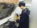 王俊凯亲自给工作人员做饭 网友发现了这个小细节