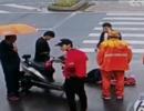 女子雨中骑车摔倒昏迷 一群好心人围了上来