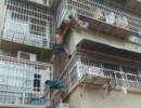 3岁女童卡防盗网垂挂空中 两男子徒手爬楼拖住女童