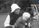 20世纪上半页上海公园一角:可爱极了的外国小孩和中国保姆
