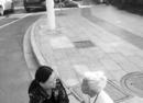 老太太倒在路中央 女司机停车施救