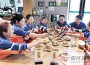 重庆一餐馆为环卫工提供免费午餐 老板:我也当过工人