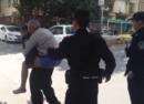 七旬老人街头情绪失控 90后警察背他回家