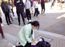 河南护士东京救癫痫女孩 日本中学生集体鞠躬感谢