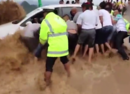 母女三口被冲走 勇敢司机开车冲进洪水救人(图)