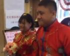 男子患骨癌截肢拄拐结婚,女友相伴8年变妻子