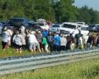 女孩被困车下 50多路人合力推车救出她(图)