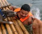暖心!两只狗狗以为主人溺水 奋力施救