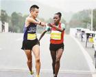 暖心马拉松:非洲姑娘为断臂小伙递水 还夺冠了