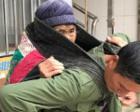 5旬儿子用襁褓背89岁老母走10里看病 已坚持数年