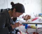 丈夫脑出血瘫痪8年 她缝十字绣卖钱照顾不离弃