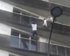 幼童挂窗外摇摇欲坠 男子30秒徒手爬四楼救下