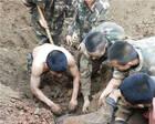 四川两工人被垮塌泥土掩埋,50多名路过武警徒手挖人