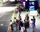 公交车进站,男子从背后将一名七旬老人踹出站台!