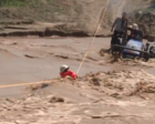 夫妇过河被洪水围困大喊:太危险 你们不要来了!