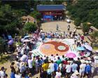 河南伏羲山旅游区万人虾尾宴开餐 众多游客尝鲜