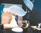 女摄影师为60对农民工夫妻拍婚纱照