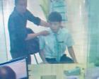 歹徒持刀冲进银行抢劫 大堂经理换下客户做人质