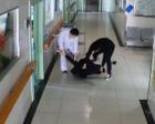 警察抓捕吸毒者被刺后颈 住院期间顺手又抓了个贼