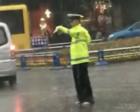 四川协警赤脚指挥交通 网友:他是最美雨中人