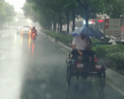 孝感为老夫妇递伞的好心人 原来是名老警察