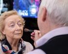 为了让妻子失明后依然美丽 84岁老人学会了化妆