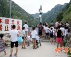 """防护铁丝网被撕开  游客""""填满""""河道"""