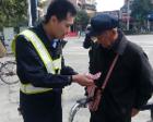 89岁老人骑车卖菜碰伤人,交警帮卖完警车送其回家