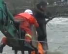 """女子上班途中被洪水困住 消防员化身""""人桥""""营救"""