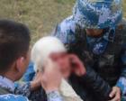 陆战队演练场遇到抢救真伤员,这一幕太暖心了!