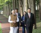 习近平同印度总理莫迪在武汉东湖边散步交谈