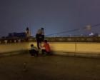 女子悬坐24层楼顶欲轻生 警察跃上天台边缘救回