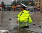 大雨中,一名交警温暖了一座城