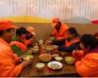 """饭店老板请环卫工吃免费午餐 改为7元自助""""有苦衷"""""""
