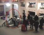 女子与丈夫火车站吵架欲跳楼 警察一把抓住