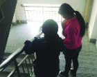 哈尔滨95后女大学生照顾脑瘫室友:我来当你的拐杖
