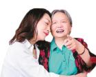 女子辞职照顾患病养母8年:你抱我回家 我陪你变老